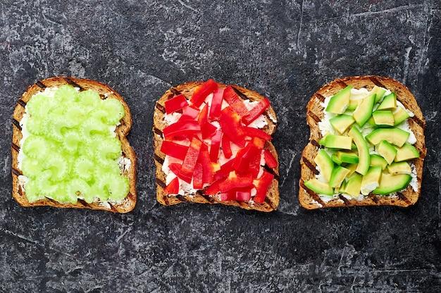 Groentesandwiches met bleekselderij, paprika, avocado
