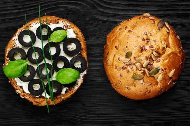 Groentesandwiches met zwarte olijven