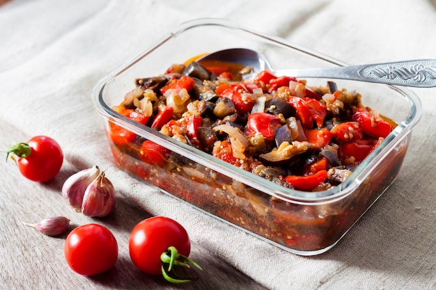 Groentesaus met aubergine, rode paprika en tomaten