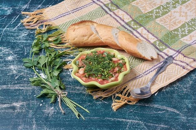 Groentesoep geserveerd met stokbrood.
