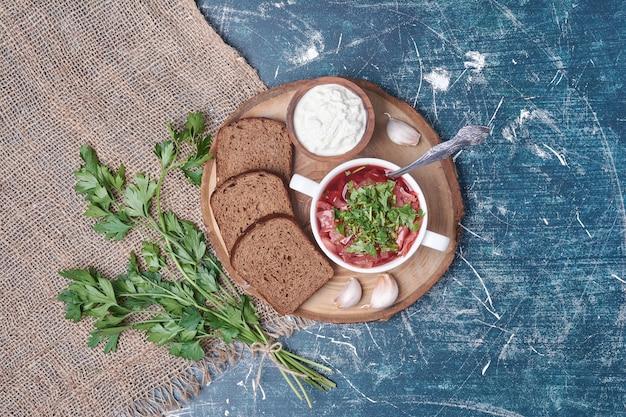 Groentesoep in tomatensaus met kruiden en brood.