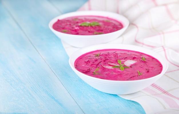 Groentesoep met rode biet en natuurlijke yoghurt