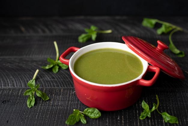 Groentesoep met spinazie, broccoli en zaden