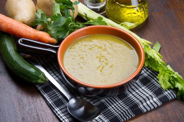 Groentesoep met verse groenten