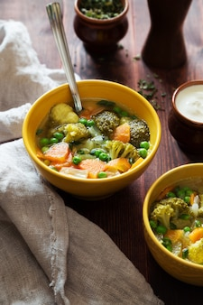Groentesoep met wortelen groene erwten en broccoli