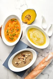 Groentesoepen. set van verschillende seizoensgebonden groentesoepen en biologische ingrediënten, bovenaanzicht, kopie ruimte.