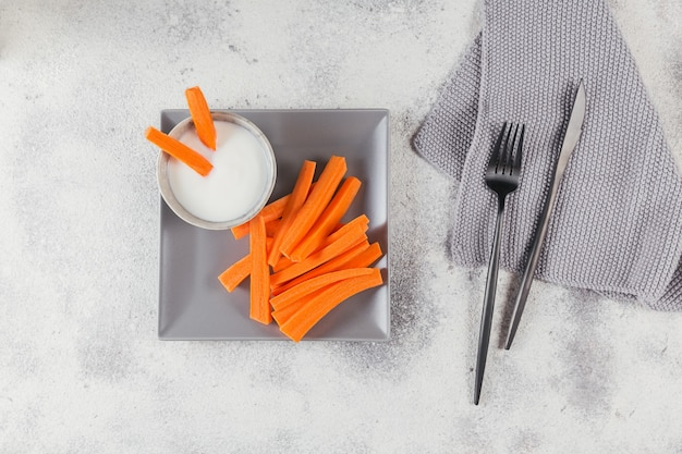 Groentesticks rauwe wortel met yoghurtsaus gezond en dieetvoedselconcept