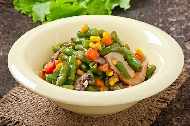Groentestoofpot met sperziebonen, champignons, wortelen en maïs