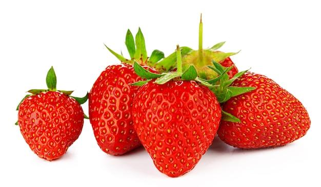 Groep aardbeien met bladeren geïsoleerd op een witte achtergrond.