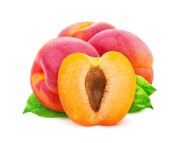 Groep abrikozen die met het knippen van weg worden geïsoleerd