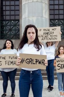 Groep activisten die samen protesteren