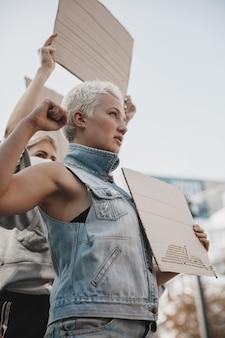 Groep activisten die slogans geven in een rally mannen en vrouwen die samen marcheren in een protest in the Gratis Foto