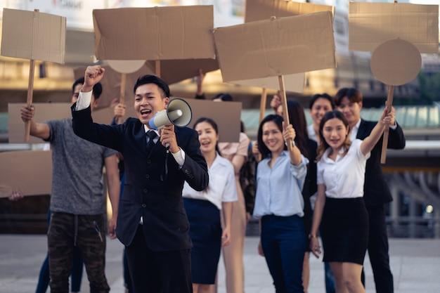 Groep activisten met spandoeken die protesteren tegen democratie en gelijkheid. mannen en vrouwen die stil protesteren voor democratie en gelijkheid