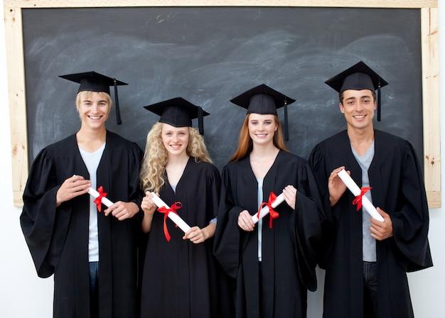 Groep adolescenten die na graduatie vieren