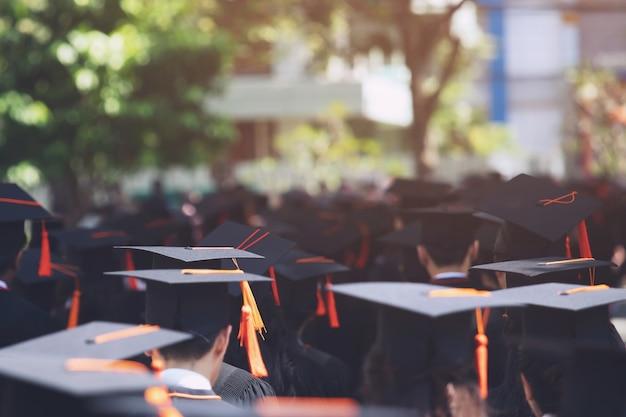Groep afgestudeerden bij aanvang. conceptonderwijs felicitatie in universitair diploma. diploma uitreiking