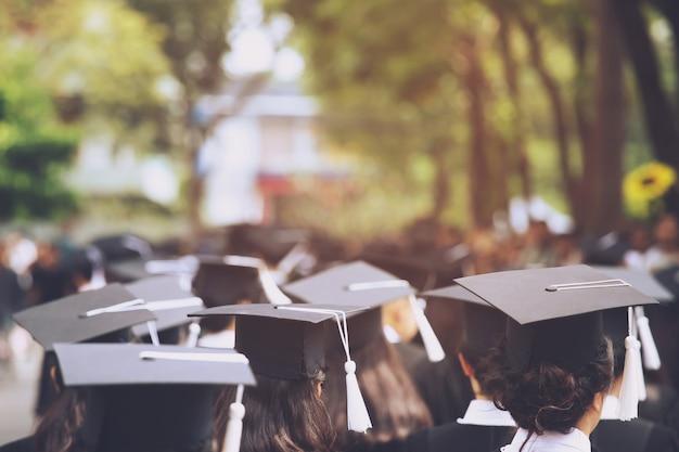 Groep afgestudeerden bij aanvang. conceptonderwijs felicitatie op de universiteit. afstudeerceremonie, feliciteerde de afgestudeerden van de universiteit tijdens het begin.