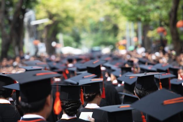 Groep afgestudeerden tijdens aanvang. concept onderwijs felicitatie op de universiteit.