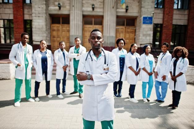 Groep afrikaanse artsenstudenten dichtbij medische universiteit openlucht.