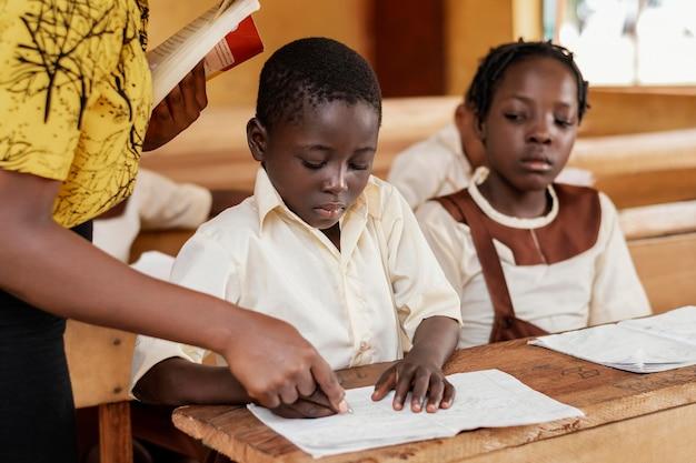 Groep afrikaanse kinderen aandacht besteden aan klasse