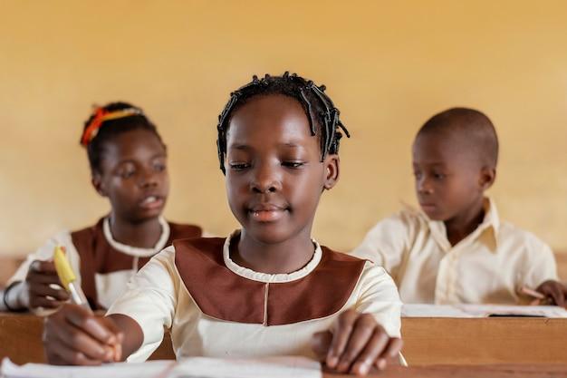 Groep afrikaanse kinderen in de klas