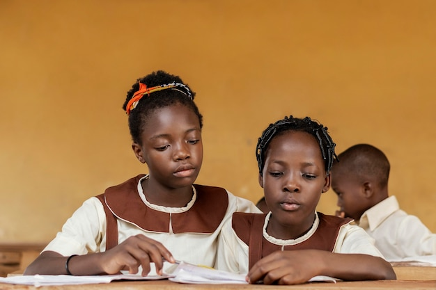 Groep afrikaanse kinderen samen leren