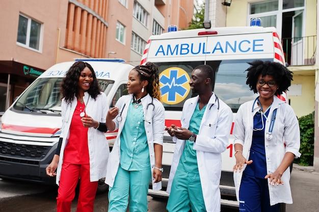 Groep afrikaanse paramedicus ambulance noodploeg artsen