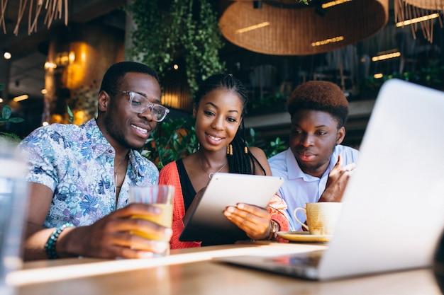 Groep afro-amerikanen die samenwerken
