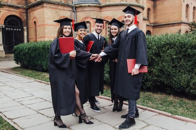 Groep afstuderen van studenten op zoek erg blij met diploma.