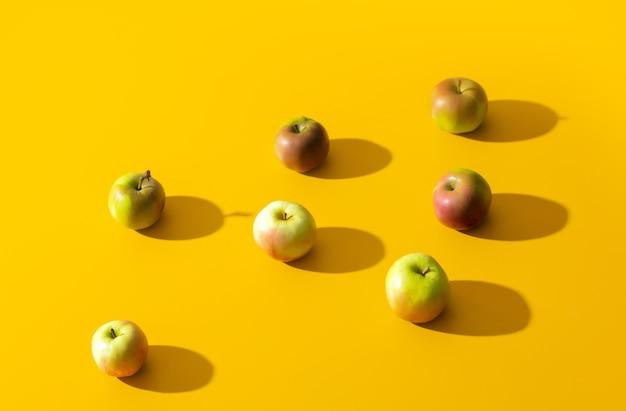 Groep appels op gele oppervlakte