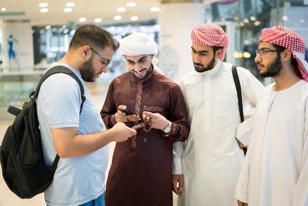 Groep arabische jonge mannen