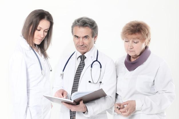 Groep artsen bespreken de diagnose van de patient.isolated op een witte achtergrond.