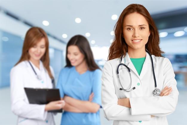 Groep artsen die samen tegen wit staan