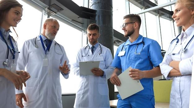 Groep artsen die zich op het medische kantoor bevinden.