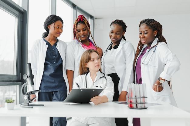 Groep artsen en verpleegsters die in een ziekenhuis worden geplaatst