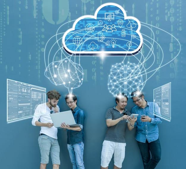 Groep aziatische en multi-etnische zakenmensen die werken met verbinding tussen hersenen en virtueel scherm