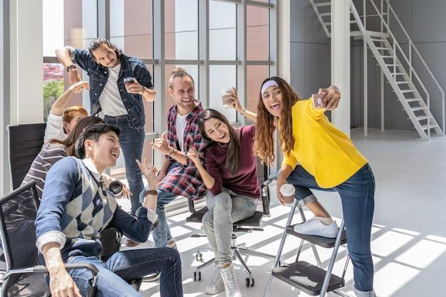 Groep aziatische en multi-etnische zakenmensen met casual pak met selfie samen