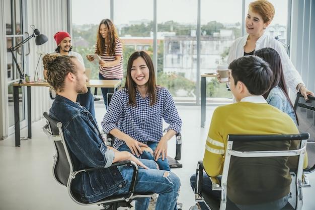 Groep aziatische en multi-etnische zakenmensen met een casual pak in vrolijke actie-brainstorming