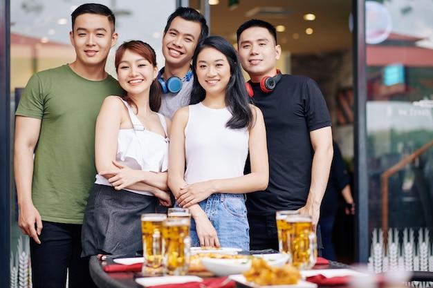 Groep aziatische jongeren in café