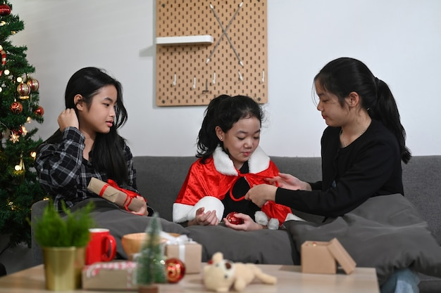Groep aziatische meisjes die kerstmis thuis vieren.