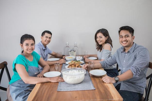 Groep aziatische mensen die lunch hebben