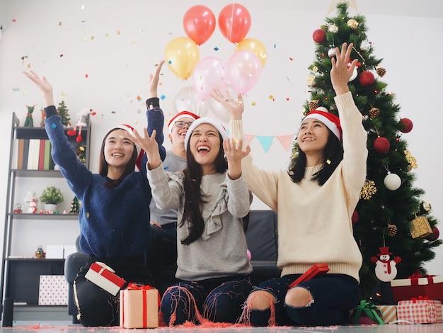 Groep aziatische mensen hebben plezier samen in viering new years party thuis.