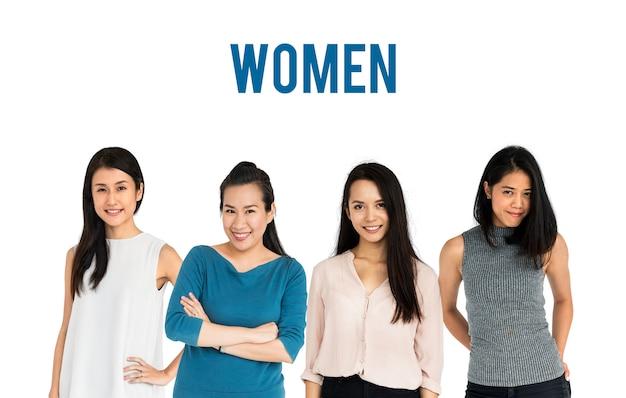 Groep aziatische volwassen vrouwen mensen instellen studio geïsoleerd