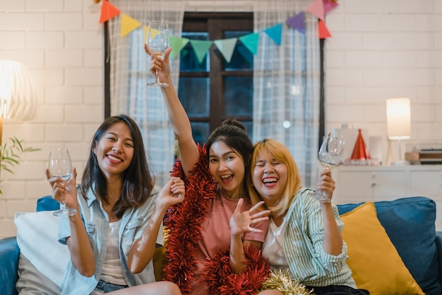 Groep aziatische vrouwenpartij thuis