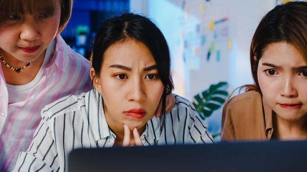 Groep aziatische zakenmensen die computerlaptoppresentatie gebruiken en brainstormideeën voor communicatievergaderingen
