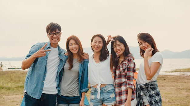 Groep azië beste vrienden tieners nemen foto met automatische camera genieten van gelukkige momenten samen naast kamp en tenten in nationaal park