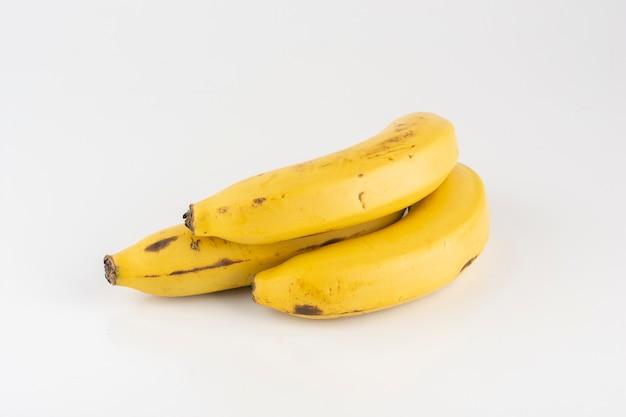 Groep bananen op witte achtergrond.