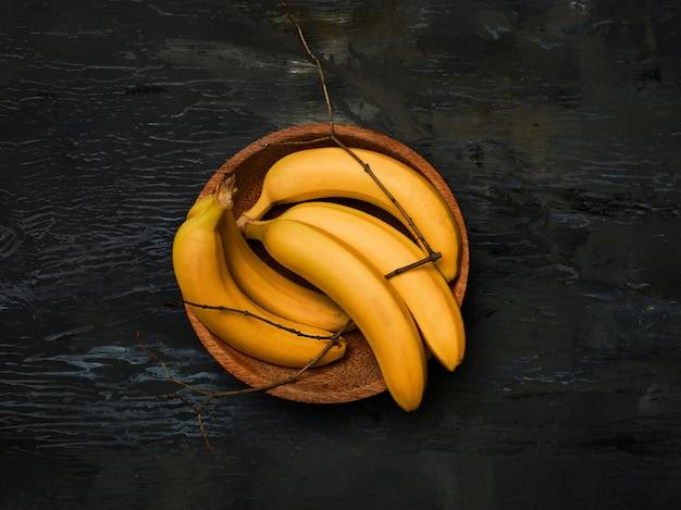 Groep bananen op zwart