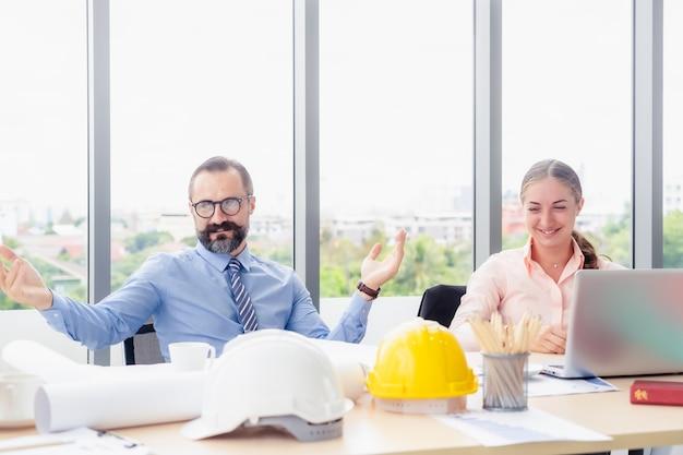Groep bedrijfsarchitectuur of ingenieur die de bespreking van het ochtendchat op de werkvloer hebben