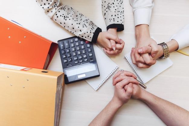 Groep bedrijfsmensen die aan een bureau werken. close-up van mensen uit het bedrijfsleven op het werk. zakenvrouw en zakenman kantoor vergadering teamwerk concept
