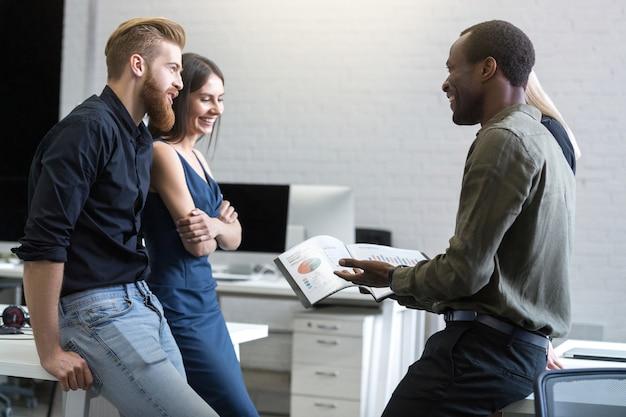 Groep bedrijfsmensen die als team werken om oplossing te vinden